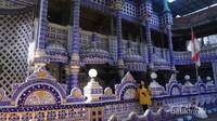 Sebagian besar bangunan ini bernuansa biru dan emas. Meski tanpa pendingin ruangan, tempat ini terasa sangat sejuk.