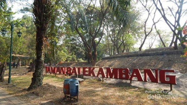 Begitu memasuki pintu gerbang , pengunjung akan disambut tulisan taman balekambang yang besar.