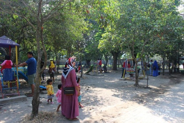 Di taman yang cukup luas ni terdapat tempat arena bermain anak