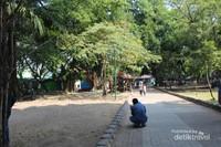 Selain tempat bermain di sini juga terdapat warung-warung yang menyediakan makanan dan minuman , sehingga pengunjung yang lapar atau haus bisa memanfaatkan warung yang ada.