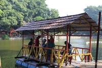 Pengunjung juga bisa menyewa perahu untuk berkeliling taman .