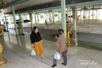 Selama tour berlangsung , pengunjung harus melepas alas kasi dan dimasukkan ke dalam kantong plastik yang sudah disediakan.