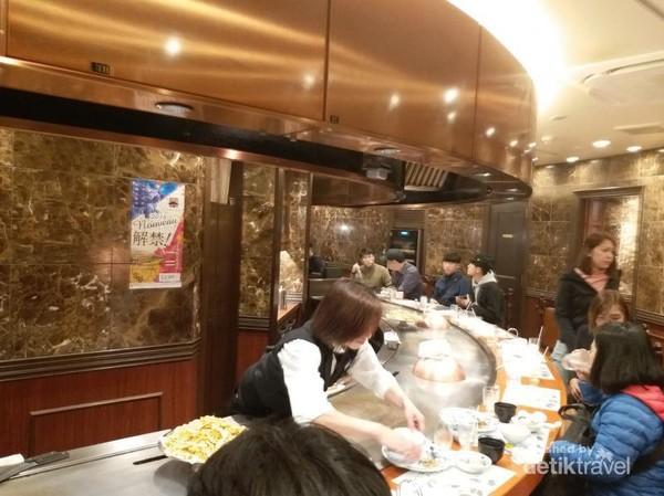 Tempat duduk dibuat melingkar agar tamu dapat langsung melihat proses memasaknya