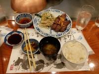 Paket Kobe beef steak yang berisi nasi, salad, saus, dan kuah
