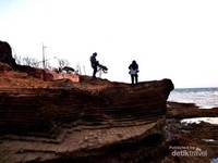 Tebing bekas galian kapur menambah rona wisata di tempat tersebut.