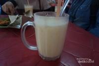 Tersedia dua jenis coconut shake, original dan spesial (dengan tambahan skup es krim vanila)