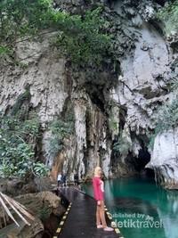 jembatan kayu memasuki gua
