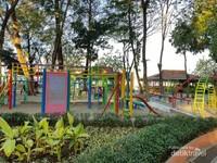 Hanya dengan membayar tiket masuk Rp 6.000 per orang, anak-anak dapat sepuasnya bermain wahana permainan yang disajikan.