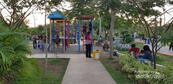 Asri banget kan guys tempatnya, anak-anak sangat senang bisa bermain ditemani orang tuanya.