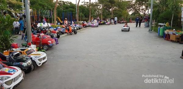 Ada tempat bermain mobil-mobilan juga di Taman Suroboyo.