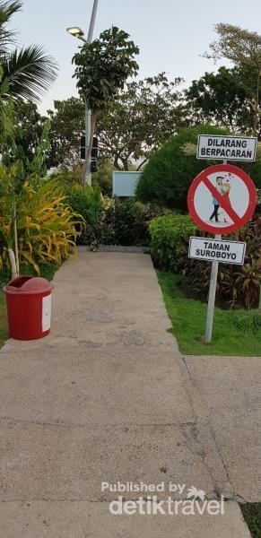 Dilarang pacaran ya guys ke taman ini, tidak baik untuk pemandangan anak-anak.