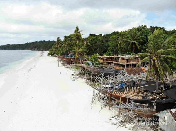 Sentra pembuatan Kapal Pinisi di Pantai Mandalaria