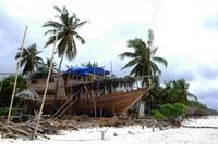 Sepanjang garis pantai berderet kapal kapal kayu pinisi sedang dalam tahap pembangunan