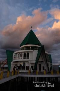 Masjid dengan arsitektur yg unik.