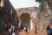 Sisa bagian dalam gereja yang dulunya merupakan kapel yang didedikasikan untuk Bunda Maria