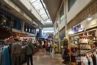 Terdapat lebih dari 300 toko souvenir, kerajinan tangan, juga restoran