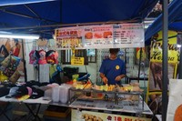 Penjual makanan bersanding dengan penjual dagangan fashion