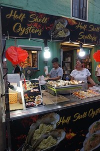 Stand yang menjajakan sea food termasuk sate tiram dan kerang tak kalah banyak
