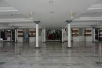 Pelataran mesjid yang cukup luas di bangunan utama