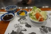 Salad dan saus yang disajikan sebelum kobe beef siap