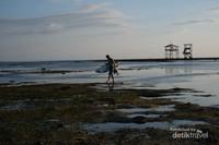 Gelombang di sini tampak menyapu ke arah kiri. Ditambah lagi, keindahan alam pantai telah menjadi sensasi, terutama di kalangan penggemar selancar. Selain itu, angin laut juga cukup kuat yang mendukung kegiatan selancar, selancar angin, atau selancar layang-layang.
