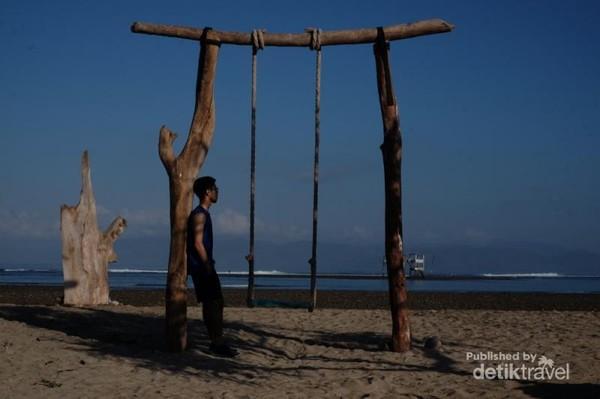 Adrian sahabat saya tampak asik menikmati keindahan pantai sehabis berolah raga.