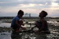 Saat air surut biasanya ramai anak-anak juga warga lokal yg mencari ikan, gurita, rumput laut dll. Bagi yg ingin ke pantai lakey jangan khawatir, di sekitar pantai banyak dijumpai penginapan/ home stay juga hotel. Selamat bersantai.