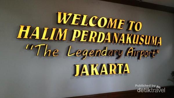 Sambutan untuk penumpang yang baru mendarat di bandar udara Halim Perdanakusuma