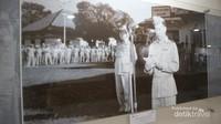 Saat upacara penyerahan lapangan terbang Cililitan dari Belanda ke Indonesia pada tahun 1950