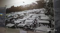 Tempat parkir mobil di lapangan terbang Cililitan pada tahun 1930