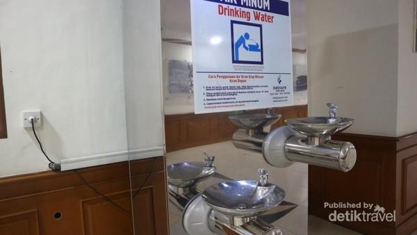Tersedia juga fasilitas keran air siap minum di terminal kedatangan