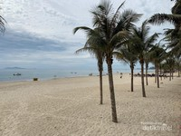 Pantai di Da Nang, bersih, dan tenang.