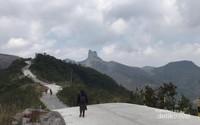 Keindahan puncak Gunung Sumbing dilihat dari dekat pintu parkir motor. Terlihat sebagian besar jalan yang sudah dibeton penuh.