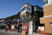 Terletak di pusat kota di kaki Gunung Rokko, terdapat berbagai restoran, toko dan kafe bernuansa internasional