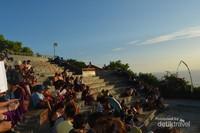 Lokasi pertunjukan Tarian Kecak, berada di Lokasi Bukit yang langsung menghadap Titik Matahari Sunset di Sore Hari.Tips : Datanglah lebih awal, hal ini memungkinkan anda untuk memilih tempat duduk senyaman mungkin.