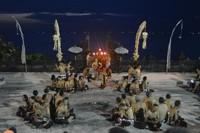 Diikuti oleh banyak penari, yang menampilkan cerita lokal Bali dan diiringi oleh tarian tarian