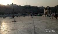 Kesibukan pagi hari di sekitar Masjidil Haram, Makkah