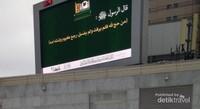 Papan informasi di sekitar Masjidil Haram, termasuk info suhu udara.