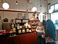 Kedai kopi ini tak hanya menyajikan kopi tapi juga kue dan pastry