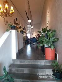 Saat ini kedai kopi dibuat lebih luas dan nyaman untuk minum kopi sambil menikmati suasana Braga