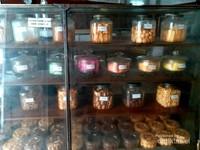 Tak hanya roti, toko ini menjual berbagai macam kue kering yang membuat lapar mata