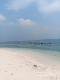 Kecantikan pantai di Pulau Bulat