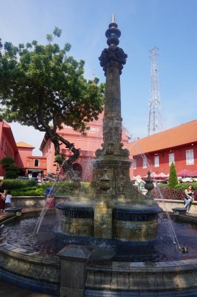 Berdiri di samping Clock Tower, Victoria Fountain merupakan salah satu peninggalan saat Inggris menguasai Melaka