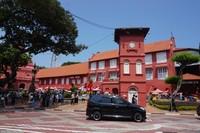 Clock Tower dikenal juga dengan nama Red Clock Tower karena warna merahnya, terletak di Dutch Square