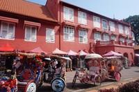 Kios-kios penjual souvenir dan becak dengan dekorasi warna-warni bisa ditemukan di kawasan ini
