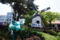 Di seberang Clock Tower, terdapat patung sapi dan kincir angin yang menggambarkan peninggalan Belanda di Melaka