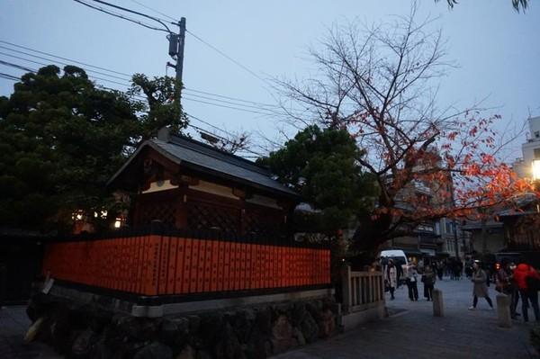 Atmosfer kental Gion menjelang malam, dengan lentera yang mulai menyala