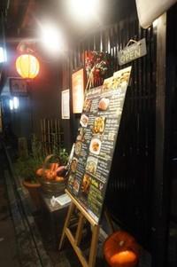 Berbagai restoran, bar dan rumah teh tradisional dengan mudah kita temui