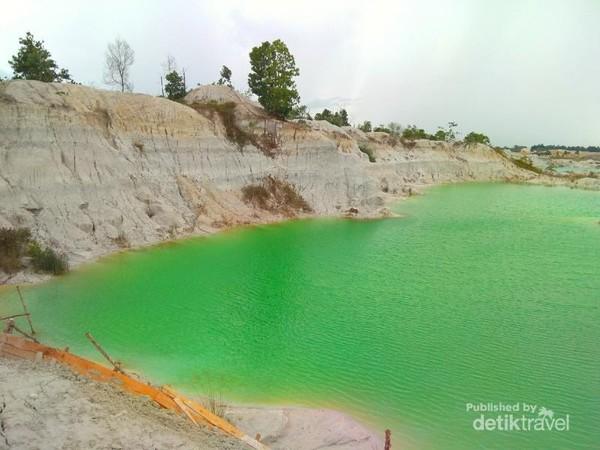 Tidak hanya berwarna biru, ada juga air yang berwarna hijau.