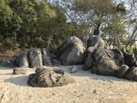 Bebatuan besar di Pantai Ujung Gelam